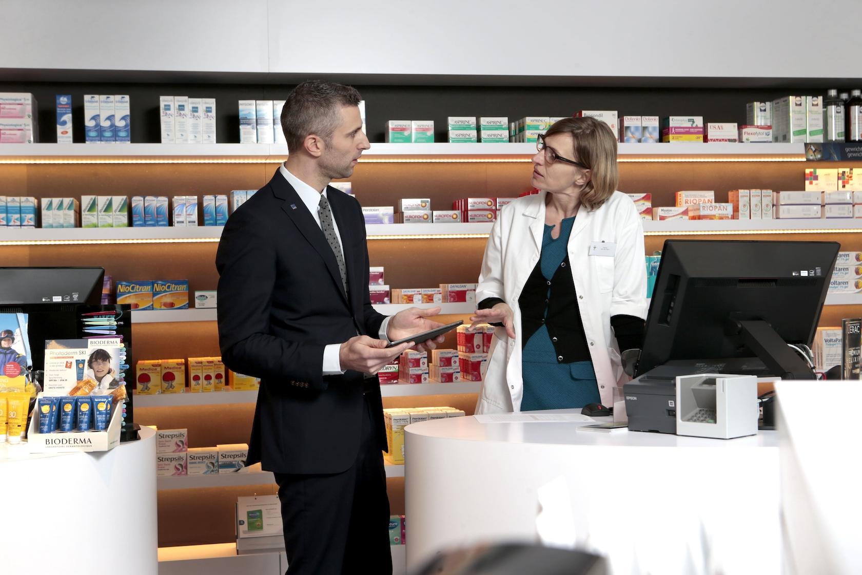 AM in gesprek met apothekeres
