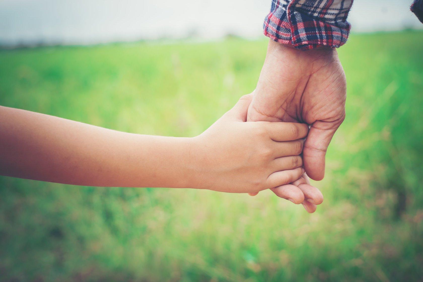 Oudere hand in hand met kind